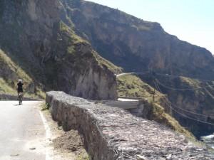 Elly fietsend in de Kaukasus